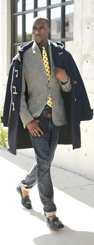 Come indossare e abbinare: montgomery blu scuro, blazer di lana a spina di pesce grigio, camicia a maniche lunghe scozzese blu scuro e verde, jeans blu scuro
