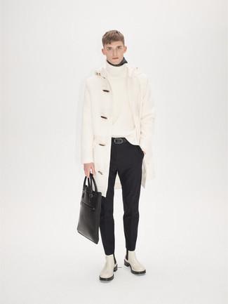 Come indossare e abbinare pantaloni eleganti neri: Potresti combinare un montgomery bianco con pantaloni eleganti neri come un vero gentiluomo. Scegli uno stile casual per le calzature con un paio di stivali chelsea in pelle bianchi.