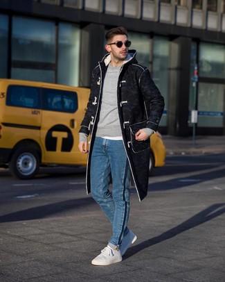 Come indossare: montgomery grigio scuro, felpa grigia, t-shirt girocollo bianca, jeans blu