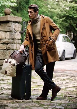 Come indossare e abbinare: montgomery marrone, dolcevita marrone, pantaloni eleganti a righe verticali blu scuro, scarpe derby in pelle scamosciata marrone scuro