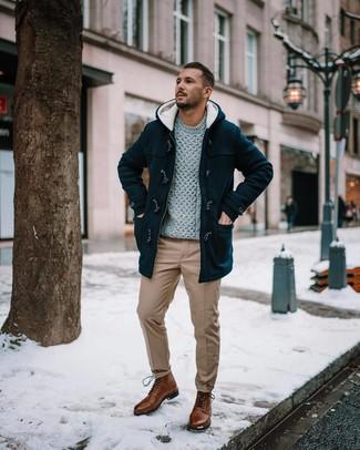 Come indossare e abbinare: montgomery nero, maglione a trecce grigio, chino marrone chiaro, stivali casual in pelle marroni