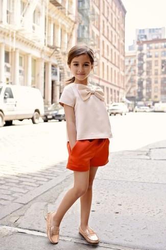 Come indossare e abbinare: pantaloncini arancioni, mocassini eleganti dorati