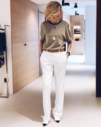 Come indossare e abbinare un gioiello per una donna di 50 anni: Pantaloni larghi bianchi e un gioiello sono l'outfit perfetto per le giornate di relax. Décolleté in pelle bianchi e neri sono una validissima scelta per completare il look.