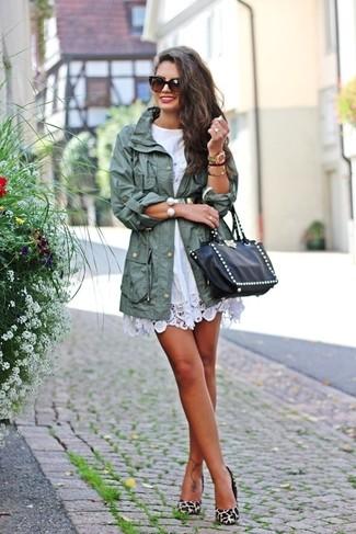 Come indossare: parka a coda di pesce verde menta, vestito casual all'uncinetto bianco, décolleté in pelle scamosciata leopardati beige, borsa shopping in pelle con borchie nera