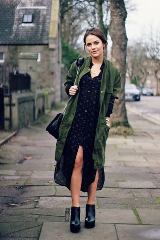 Come indossare: parka a coda di pesce verde oliva, vestito chemisier a pois nero, stivaletti in pelle pesanti neri, borsa a tracolla in pelle nera
