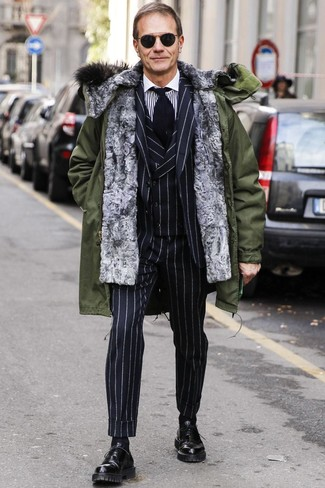 Come indossare e abbinare: parka verde oliva, abito a tre pezzi a righe verticali nero, camicia elegante a righe verticali bianca e nera, scarpe oxford in pelle nere