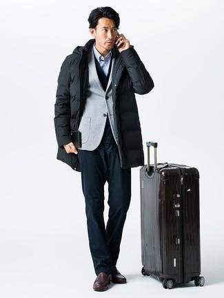 Come indossare e abbinare: parka nero, blazer lavorato a maglia grigio, cardigan blu scuro, camicia a maniche lunghe a righe verticali azzurra