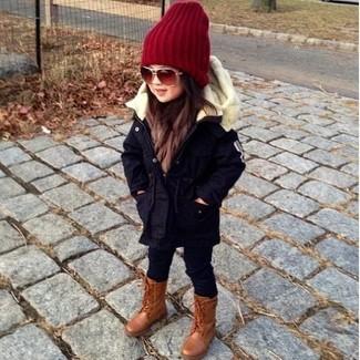 Come indossare: parka blu scuro, leggings neri, stivali marroni, cuffia rosso