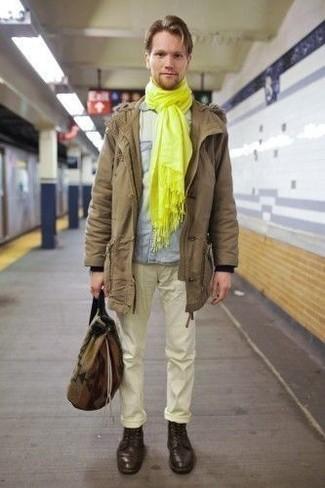 Come indossare e abbinare una camicia a maniche lunghe in chambray azzurra: Abbina una camicia a maniche lunghe in chambray azzurra con chino gialli per un look semplice, da indossare ogni giorno. Scegli uno stile classico per le calzature e indossa un paio di stivali casual in pelle marrone scuro.