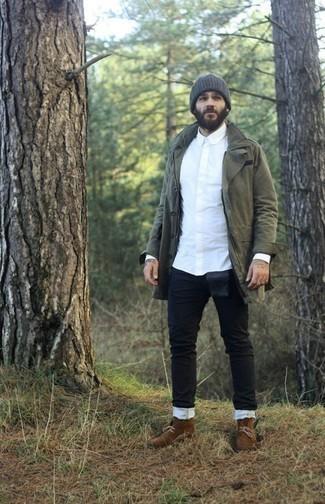 Come indossare e abbinare jeans neri: Prova ad abbinare un parka verde oliva con jeans neri per un look comfy-casual. Sfodera il gusto per le calzature di lusso e mettiti un paio di chukka in pelle scamosciata marroni.