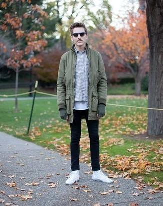 Come indossare e abbinare jeans neri: Combina un parka verde oliva con jeans neri per un look comfy-casual. Sneakers alte di tela bianche sono una validissima scelta per completare il look.