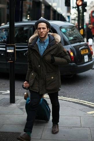 Come indossare e abbinare: parka verde oliva, camicia di jeans blu, jeans aderenti neri, scarpe oxford in pelle marrone scuro