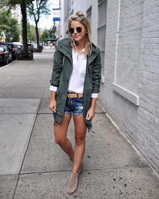 Come indossare e abbinare: parka di cotone verde scuro, camicia elegante bianca, pantaloncini di jeans blu scuro, stivaletti in pelle scamosciata grigi