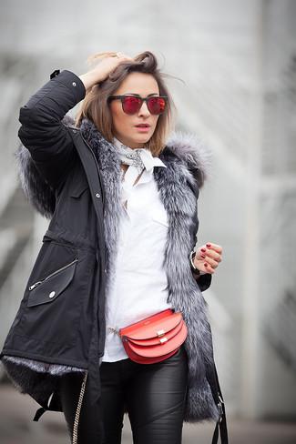 Come indossare: parka nero, camicia elegante bianca, pantaloni skinny in pelle neri, borsa a tracolla in pelle rossa