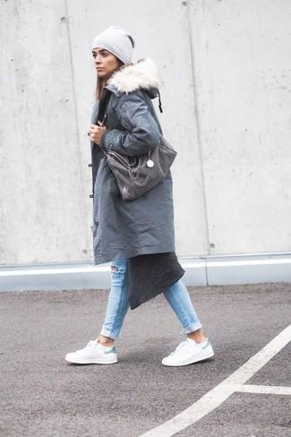 Come indossare: parka grigio, cardigan lungo grigio scuro, jeans aderenti strappati azzurri, sneakers basse in pelle bianche