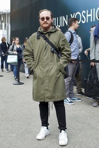 Come indossare e abbinare chino neri: Mostra il tuo stile in un parka verde oliva con chino neri per un outfit comodo ma studiato con cura. Sneakers basse in pelle bianche sono una gradevolissima scelta per completare il look.