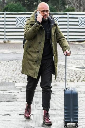 Come indossare e abbinare stivali casual in pelle bordeaux: Vestiti con un parka verde oliva e chino neri per un outfit comodo ma studiato con cura. Scegli uno stile classico per le calzature e mettiti un paio di stivali casual in pelle bordeaux.