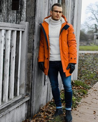 Come indossare e abbinare un dolcevita di lana bianco: Un dolcevita di lana bianco e jeans aderenti blu scuro trasmettono una sensazione di semplicità e spensieratezza. Lascia uscire il Riccardo Scamarcio che è in te e mettiti un paio di stivali casual in pelle scamosciata neri per dare un tocco di classe al tuo look.