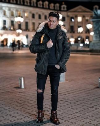 Trend da uomo 2020: Metti un parka nero e jeans strappati neri per una sensazione di semplicità e spensieratezza.