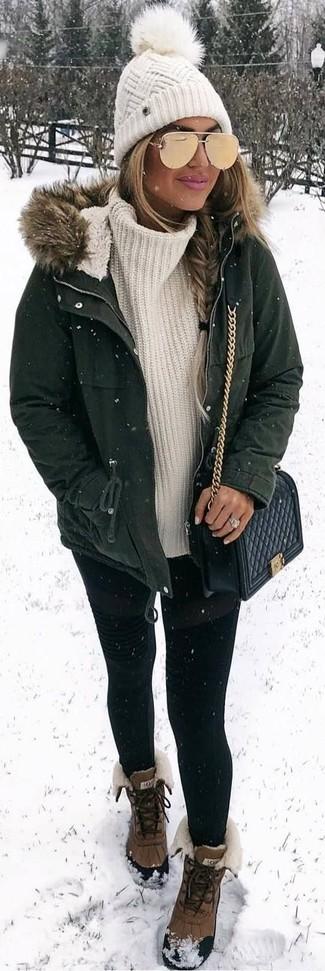 Come indossare: parka verde scuro, dolcevita lavorato a maglia bianco, leggings neri, stivali da neve marroni