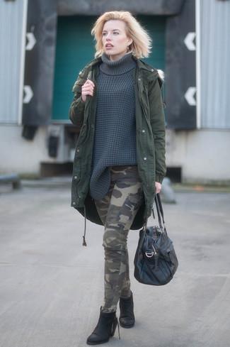 Scegli un outfit rilassato in un parka verde scuro e pantaloni cargo mimetici verde oliva. Impreziosisci il tuo outfit con un paio di stivaletti in pelle neri per donna di Asos.