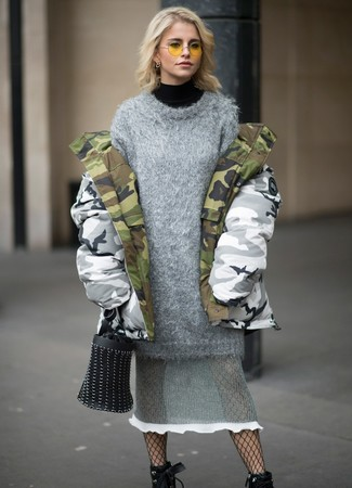 Come indossare e abbinare: parka mimetico grigio, dolcevita nero, vestito di maglia lavorato a maglia grigio, stivaletti con lacci in pelle neri