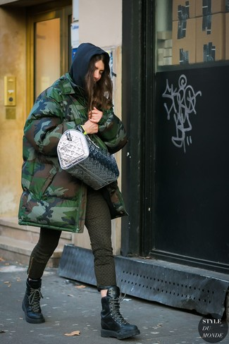 Come indossare: parka mimetico verde scuro, felpa con cappuccio nera, jeans aderenti stampati verde oliva, stivali piatti stringati in pelle neri