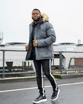 Trend da uomo 2020: Per un outfit della massima comodità, abbina un parka grigio con jeans strappati neri e bianchi. Un paio di sneakers basse in pelle nere e bianche darà un tocco di forza e virilità a ogni completo.