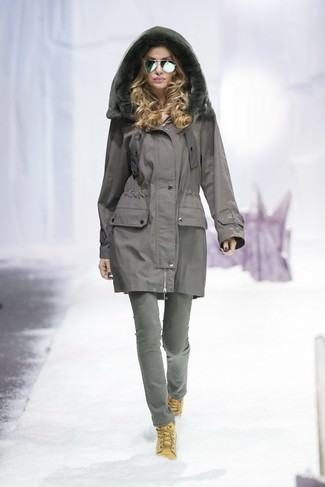Come indossare: parka grigio, jeans grigi, stivali piatti stringati in pelle scamosciata marrone chiaro