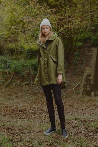 Come indossare: parka verde oliva, jeans aderenti neri, sneakers senza lacci in pelle nere, cuffia grigio