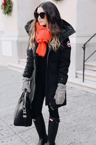 Come indossare: parka nero, leggings neri, stivali di gomma neri, borsa shopping in pelle nera