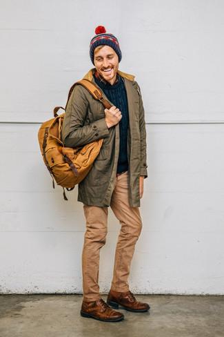 Come indossare e abbinare: parka verde oliva, maglione a trecce blu scuro, camicia a maniche lunghe di flanella scozzese blu scuro, jeans marrone chiaro