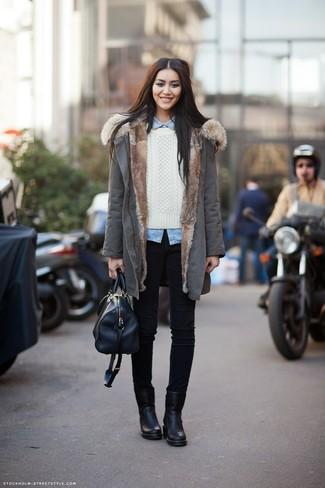 Abbina un parka grigio con jeans aderenti neri per un look raffinato per il tempo libero. Stivaletti in pelle neri daranno lucentezza a un look discreto.