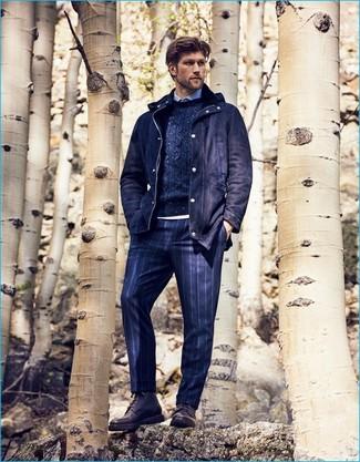 Come indossare e abbinare: parka di lana blu scuro, maglione a trecce blu scuro, camicia elegante azzurra, pantaloni eleganti a righe verticali blu scuro