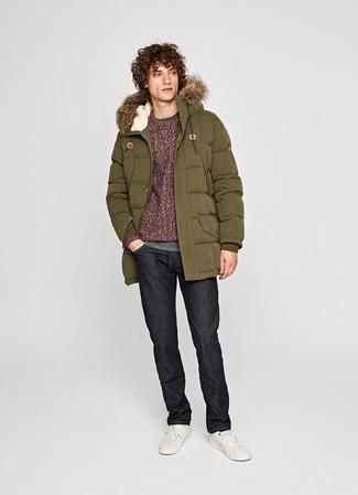 Come indossare e abbinare: parka verde oliva, maglione a trecce bordeaux, t-shirt manica lunga grigia, jeans neri