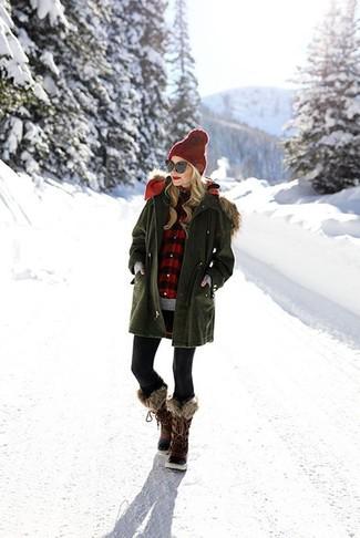 Come indossare: parka verde oliva, maglione girocollo grigio, camicia elegante a quadretti rossa e nera, leggings neri