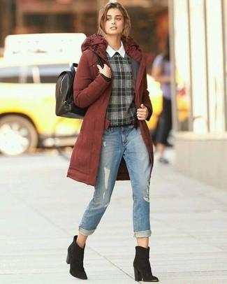 Come indossare e abbinare: parka terracotta, maglione girocollo scozzese grigio scuro, camicia elegante bianca, jeans strappati azzurri