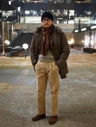 Trend da uomo 2020 in inverno 2021: Scegli un outfit composto da un parka marrone scuro e chino marrone chiaro per un look raffinato per il tempo libero. Per le calzature, scegli lo stile classico con un paio di stivali casual in pelle scamosciata marroni. Questo è l'outfit indispensabile per quest'inverno.