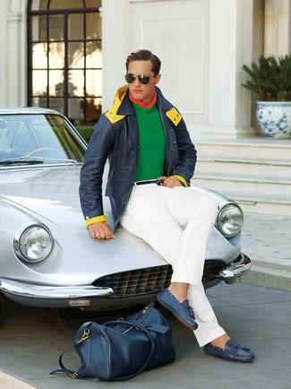 Come indossare e abbinare: parka blu scuro, maglione girocollo verde, chino bianchi, mocassini driving in pelle blu