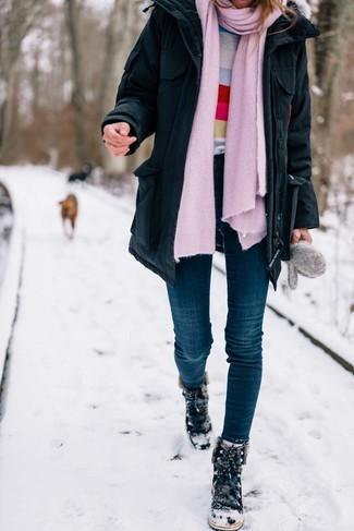 Come indossare: parka nero, maglione girocollo a righe orizzontali multicolore, jeans aderenti blu scuro, stivali da neve in pelle scamosciata neri