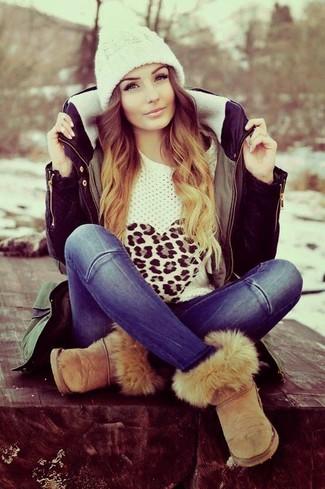 Come indossare: parka verde oliva, maglione girocollo leopardato bianco, jeans blu, stivali ugg marrone chiaro