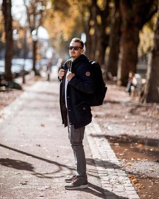 Come indossare e abbinare: parka blu scuro, maglione girocollo bianco, pantaloni cargo grigi, scarpe sportive verde oliva