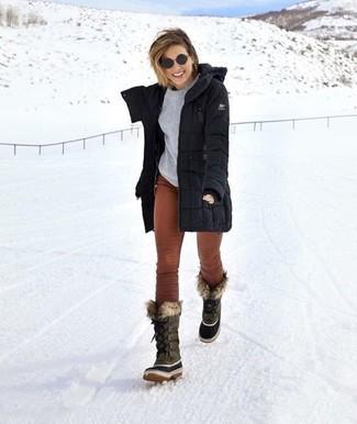 Come indossare: parka nero, maglione girocollo grigio, pantaloni skinny di velluto a coste marroni, stivali da neve grigi