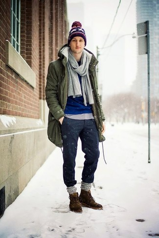 Come indossare e abbinare una berretto stampata blu scuro: Un parka verde oliva e una berretto stampata blu scuro sono una combinazione perfetta da usare nel weekend. Indossa un paio di chukka in pelle scamosciata marrone scuro per un tocco virile.