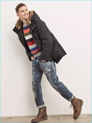 Come indossare e abbinare: parka nero, maglione girocollo a righe orizzontali multicolore, t-shirt girocollo bianca, jeans strappati blu