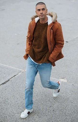 Come indossare e abbinare un maglione girocollo marrone: Potresti indossare un maglione girocollo marrone e jeans azzurri per un pranzo domenicale con gli amici. Perfeziona questo look con un paio di sneakers basse in pelle stampate bianche.
