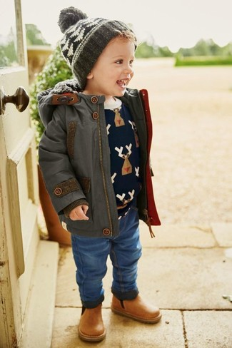 Come indossare: parka grigio scuro, maglione stampato blu scuro, jeans blu, stivali in pelle marrone chiaro