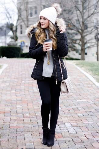 Come indossare e abbinare una borsa a tracolla in pelle trapuntata beige: Combina un parka nero con una borsa a tracolla in pelle trapuntata beige per una sensazione di semplicità e spensieratezza. Stivaletti in pelle neri sono una validissima scelta per completare il look.