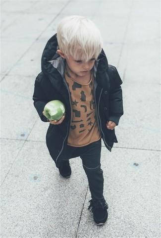 Come indossare e abbinare: parka nero, t-shirt marrone chiaro, jeans neri, stivali neri