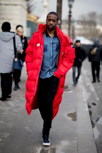 Come indossare e abbinare: parka rosso, camicia a maniche lunghe in chambray blu, pantaloni sportivi neri, sneakers alte in pelle nere
